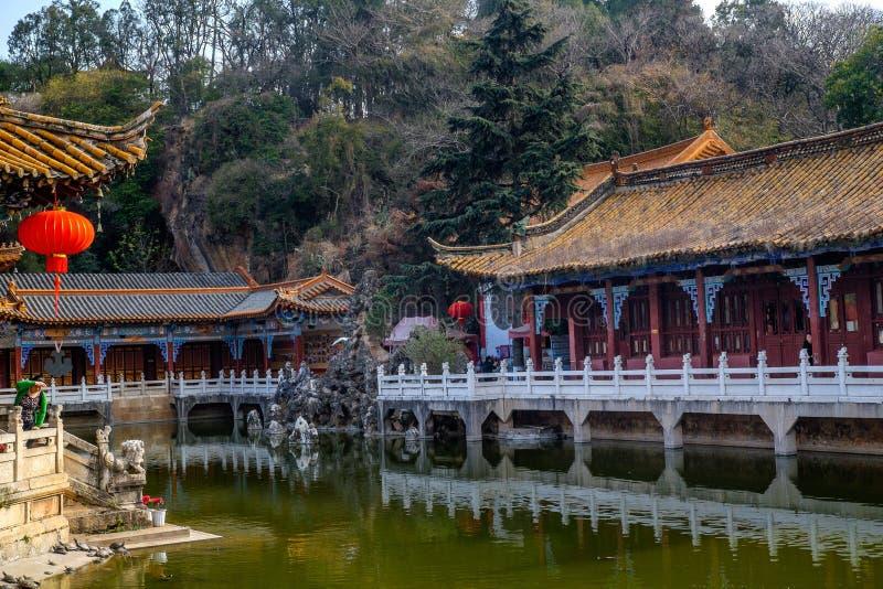KUNMING 13 DE MARZO DE 2016 Los viajeros en el templo budista de Yuantong, templo budista de Yuantong son el templo budista más f foto de archivo