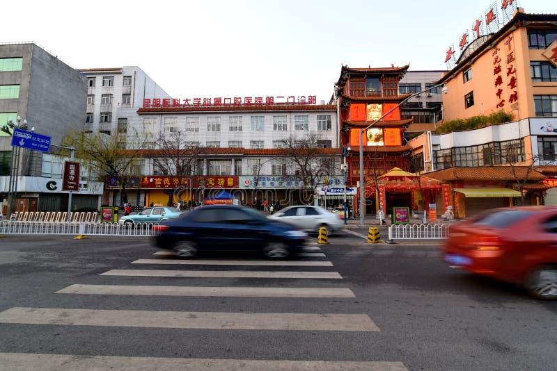 KUNMING KINA, FEBRUARI 08, 2017: Kör bilar på gatan i kinesiskt c arkivfoto