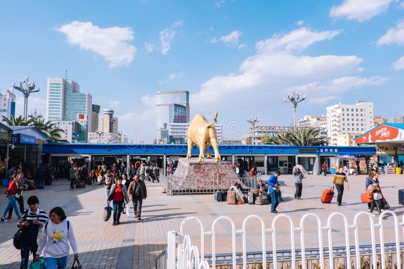 KUNMING KINA - MARS 8, 2016: Kunming järnvägsstation fotografering för bildbyråer