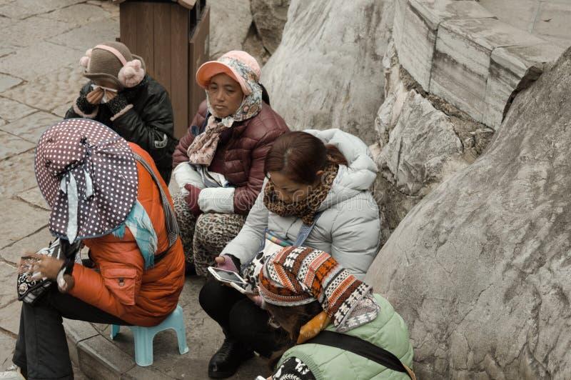 Kunming, Yunnan, China - 31 de dezembro de 2017: Um grupo de guia chinês do turista na floresta de pedra foto de stock