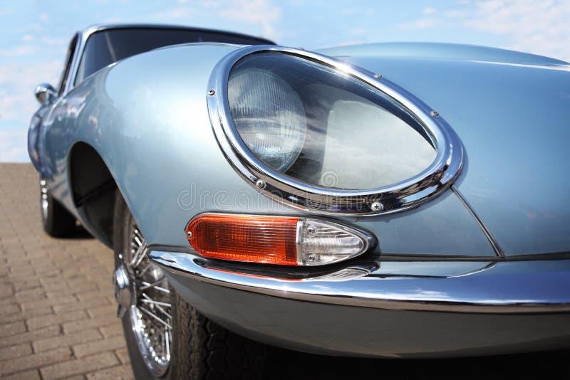 Kunnen retro auto van Jaguar en Lucas-koplamp bij motorshow, Wit-Rusland, Minsk, 07 2016: Internationaal festival van retro auto' stock fotografie