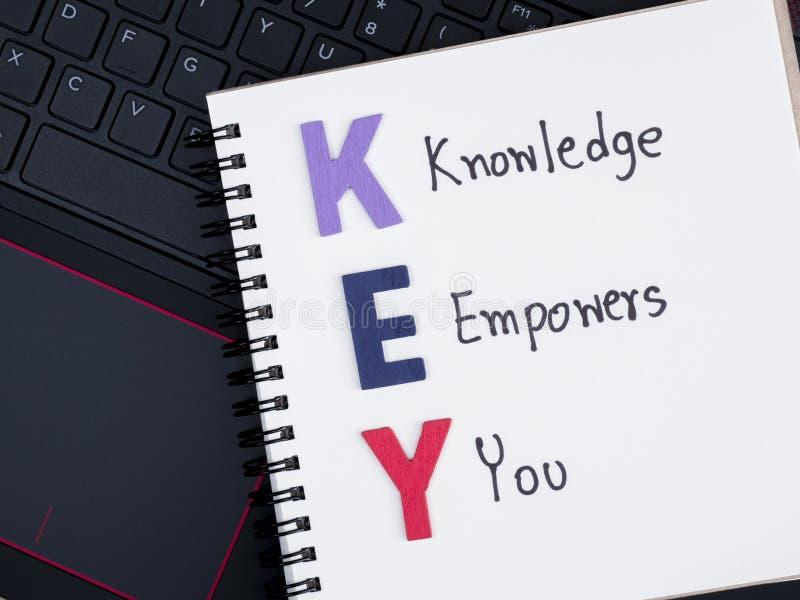 Kunskap bemyndigar dig på bärbar datortangentbord 1 royaltyfria bilder