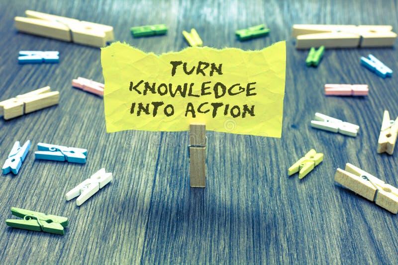 Kunskap för handskrifttextvänd in i handling Begreppsbetydelsen applicerar vad du har den lärda writen för hållen för ledarskapst arkivbilder