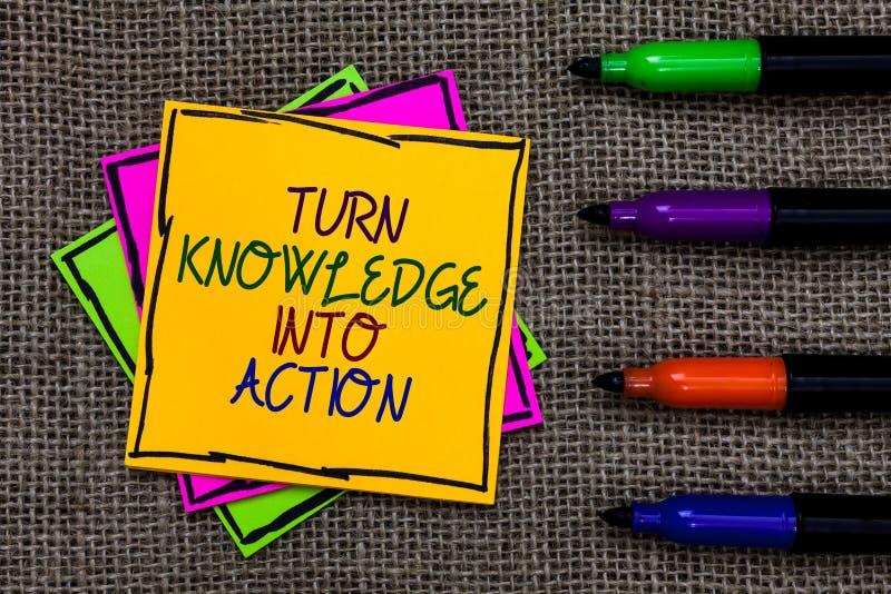 Kunskap för vänd för textteckenvisning in i handling Det begreppsmässiga fotoet applicerar vad du har lärda ledarskapstrategier s royaltyfria foton