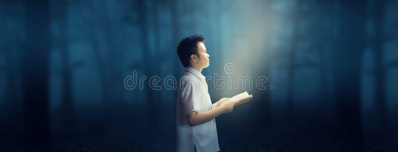 Kunskap, genom att läsa Lycklig läsning i den mörka Forest Wonderful världen royaltyfri bild