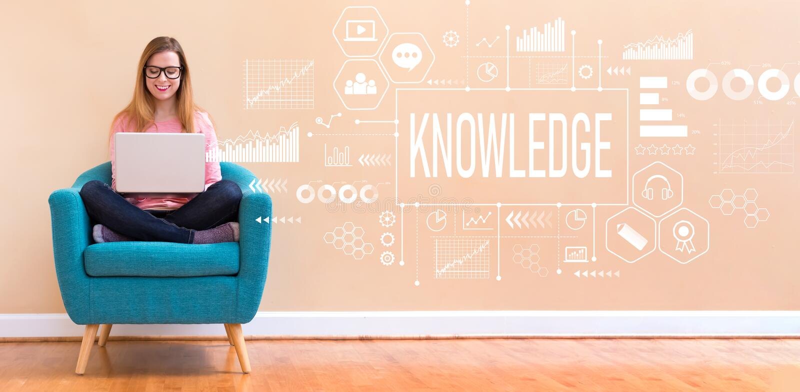 Kunskap med kvinnan som använder en bärbar dator arkivfoton