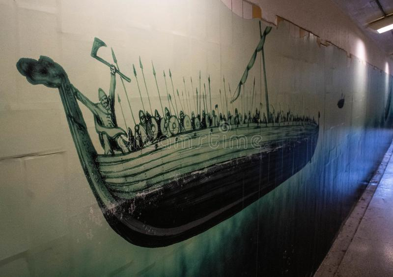 Kunst in Bahnhofs-Wikinger-Schiff Upplands Väsbys lizenzfreies stockbild