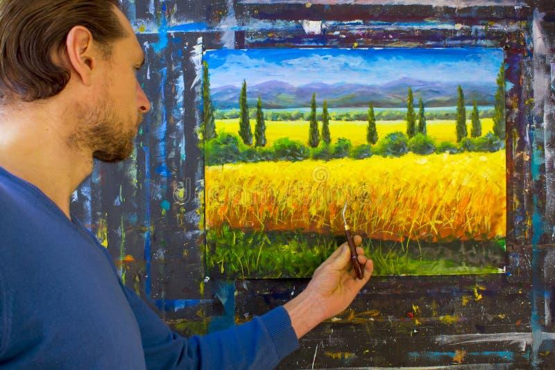 Kunst creatief proces De kunstenaar creeert het schilderen met paletmes op canvas stock afbeeldingen