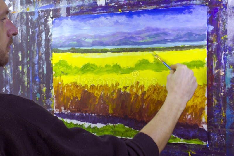 Kunst creatief proces De kunstenaar creeert het schilderen op canvas royalty-vrije stock foto