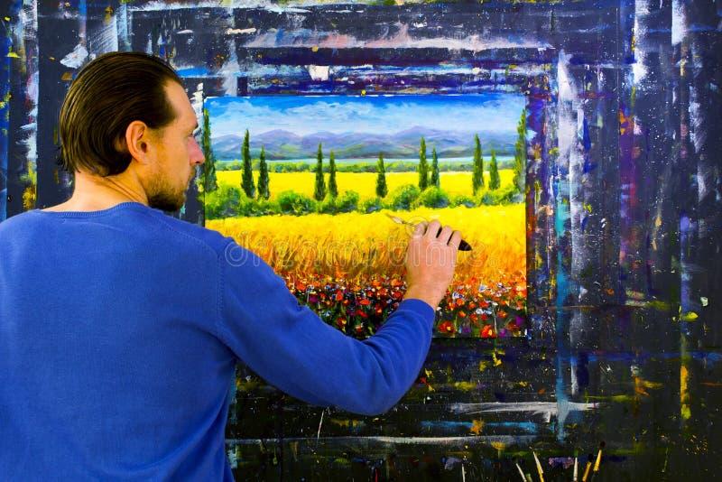 Kunst creatief proces De kunstenaar creeert het schilderen op canvas stock foto