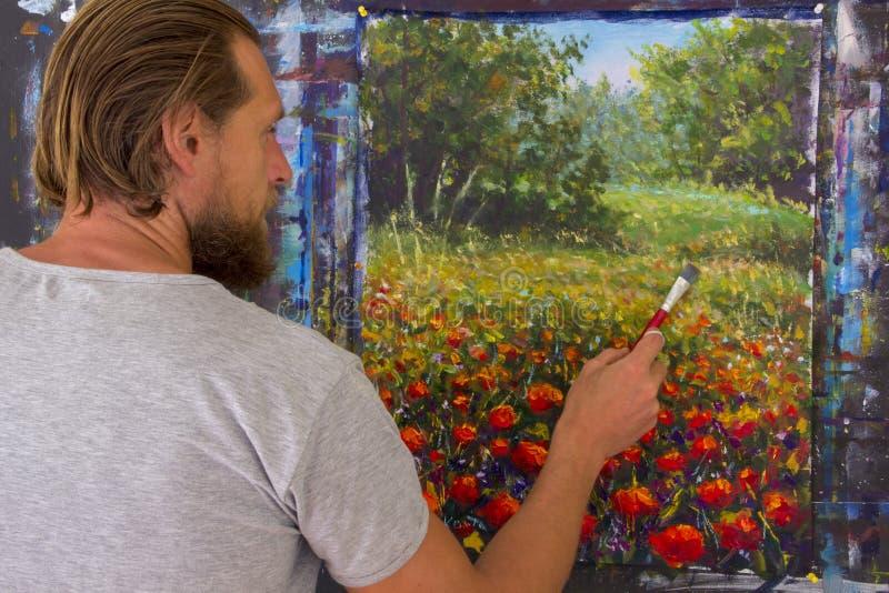 Kunst creatief proces De kunstenaar creeert het schilderen op canvas stock fotografie