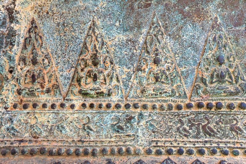 Kunst der niedrigen Entlastung auf Metall, thailändische Art handcraft vom thailändischen Tempel für Hintergrund und Design stockfotos
