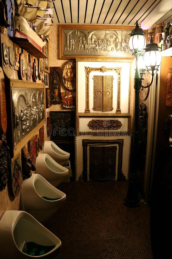 Kunst in der Toilette stockbilder