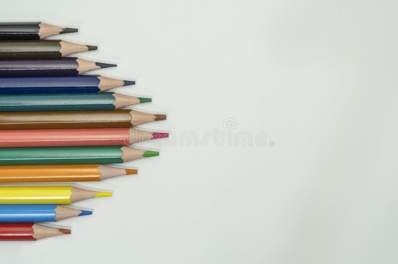 Kunst en tekenings vormen de creatieve concepten kleurrijke kleurpotloodpotloden met driehoek op witte achtergrond stock fotografie