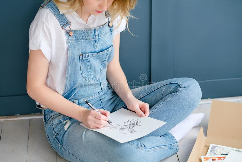Kunst het schilderen het beeld van de het meisjestekening van de hobbyvrije tijd stock foto