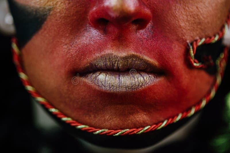 Kunst-Make-upporträt der Nahaufnahmeschönheit rotes des Halloween-Frau Hexenbarocks stockfoto