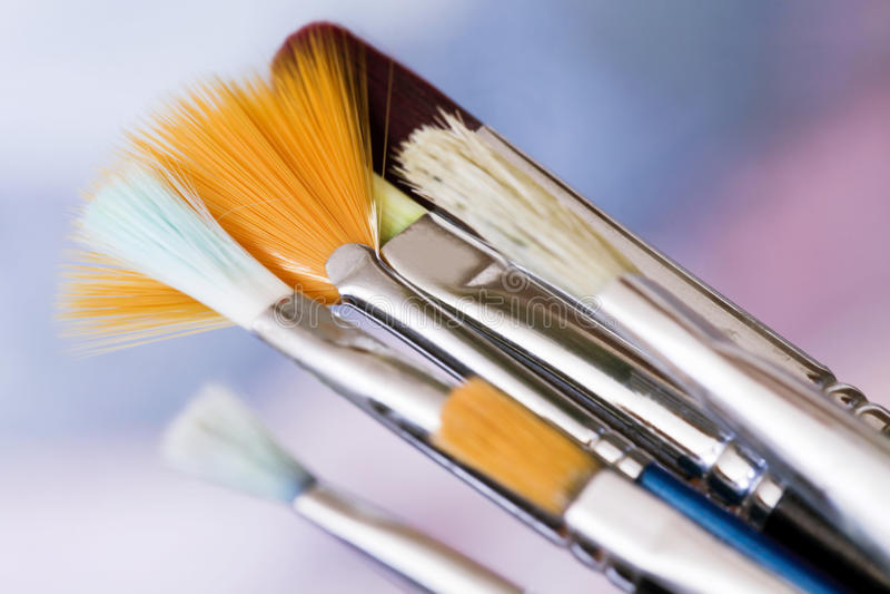 Kunst olieachtige verf en borstels stock foto's