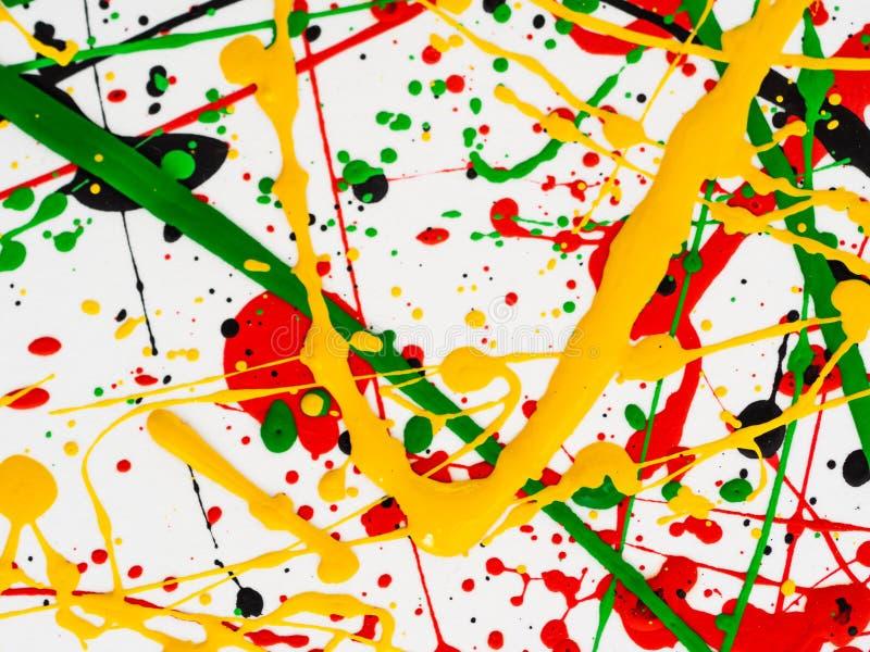 Kunst spritzte verschüttete rote schwarze Farbe des Gelbgrüns expressionismus stockfotografie