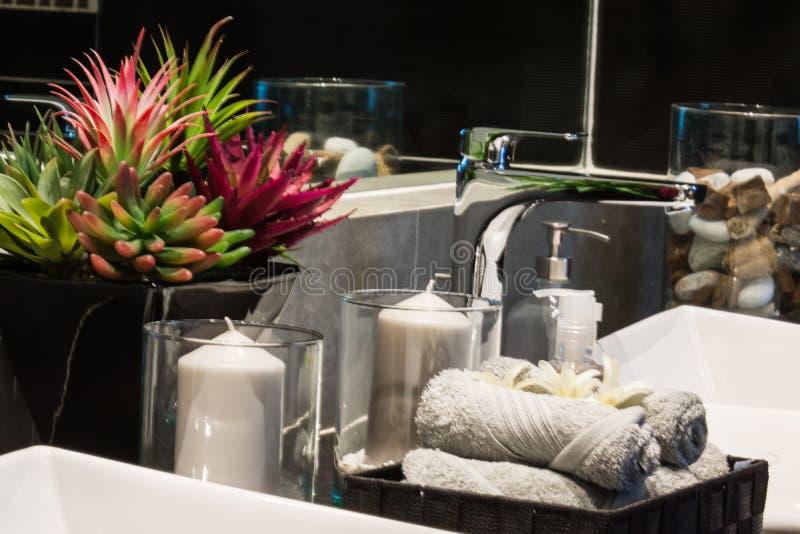 Kunst van het kaars de lichte ontwerp in badruimte stock foto's