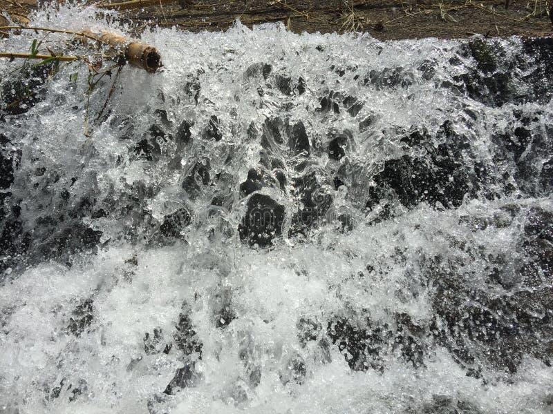 Kunst van het water die met schuim stromen stock foto's