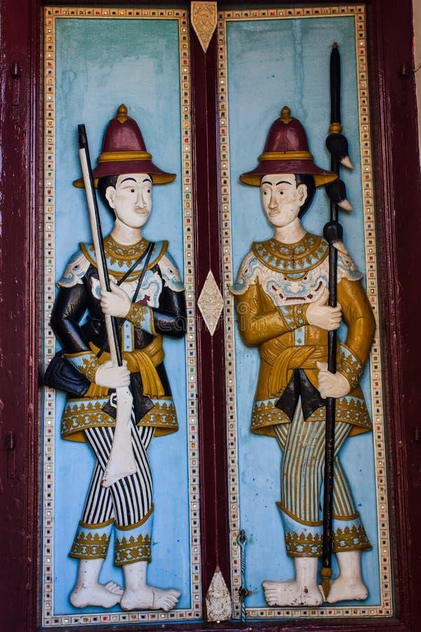 Kunst van oude tempeldeur in Thailand stock fotografie