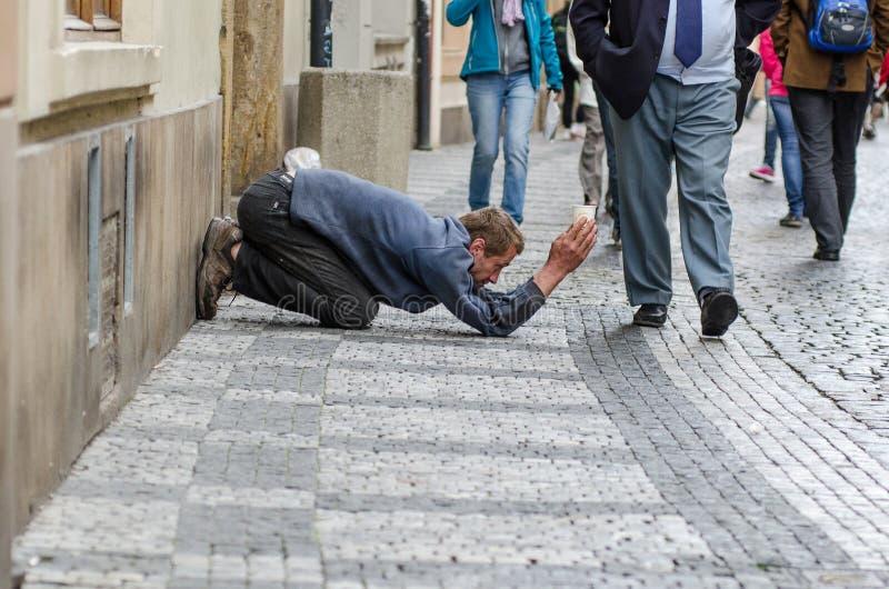 Kunst van straat die in Praag bedelen stock foto's