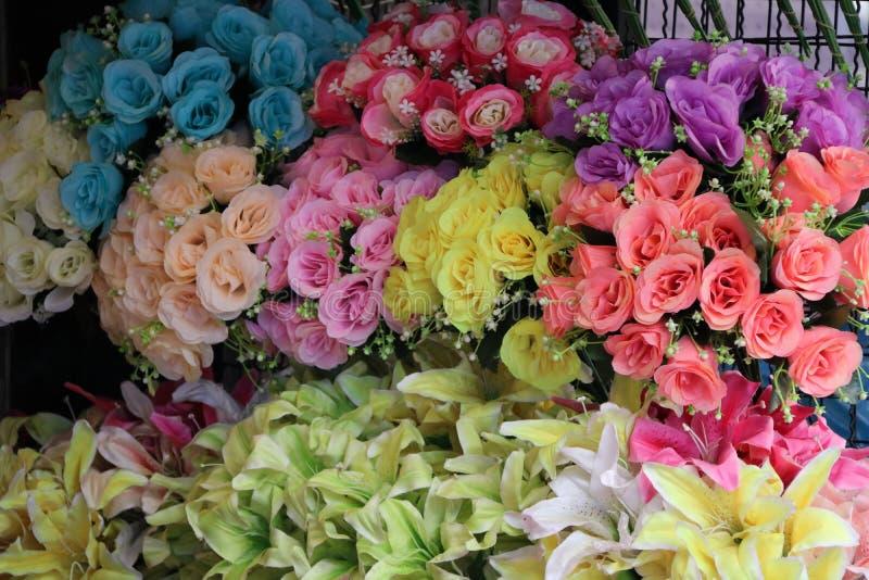 Kunstbloemen, Boeket van rozen uit stof worden geproduceerd die royalty-vrije stock fotografie