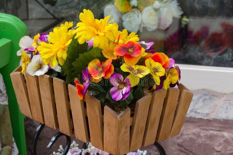 Kunstbloemen in een houten doos op een straat royalty-vrije stock foto's