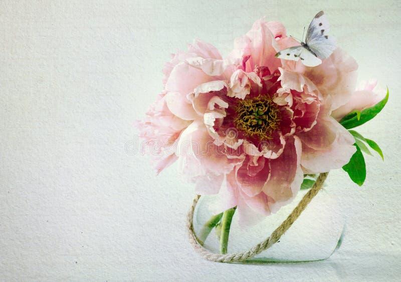 Kunstbloemen in vaas en vlinder stock foto