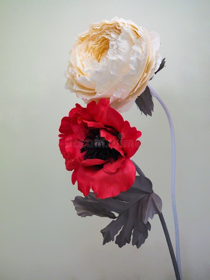 Kunstbloemen van foamiran en document worden gemaakt dat stock foto