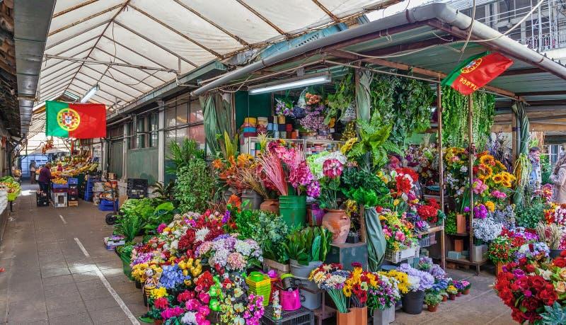 Kunstbloementribune binnen de historische Bolhao-Markt royalty-vrije stock foto's