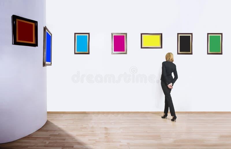Kunstcollector in museum stock foto