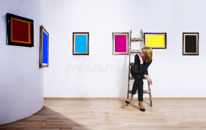 Kunstcollector in museum stock afbeeldingen