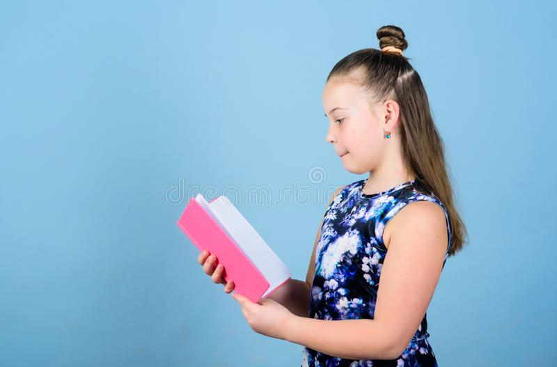 Kunstdirecteur werkboeken voor het schrijven schoolagenda's voor het maken van nota's klein meisje met roze notaboek schoolkind m royalty-vrije stock foto
