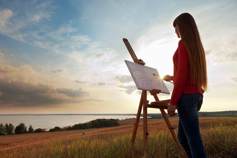Kunstenaar die een overzees landschap schilderen royalty-vrije stock fotografie