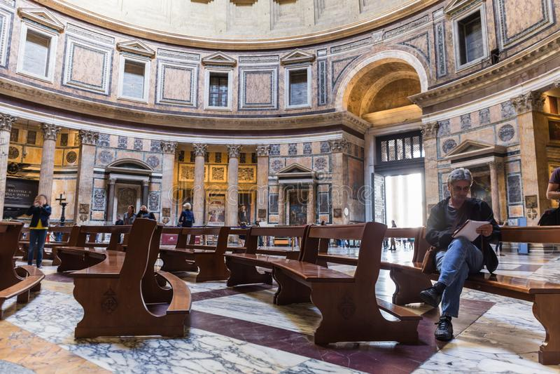 Kunstenaar die het binnenland van het Pantheon trekken Mooie oude vensters in Rome (Itali?) royalty-vrije stock fotografie
