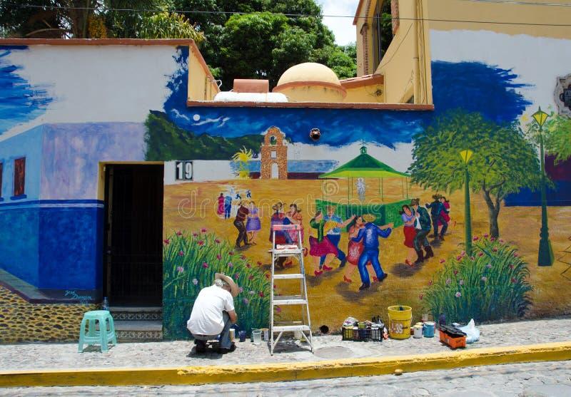 Kunstenaar die openluchtmuurschildering schilderen royalty-vrije stock fotografie