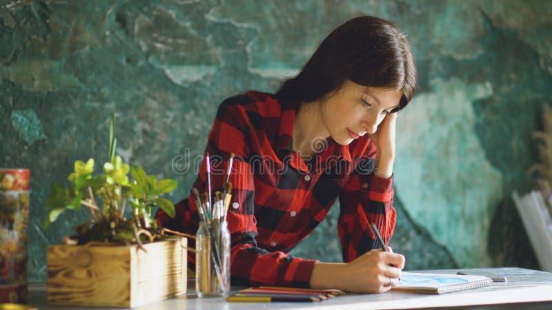 Kunstenaar die van de portret de jonge vrouw scetch op document notitieboekje met potlood schilderen royalty-vrije stock fotografie