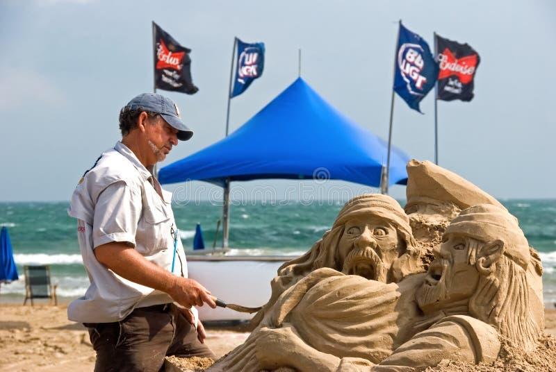 Kunstenaar en piraat op strand stock foto's