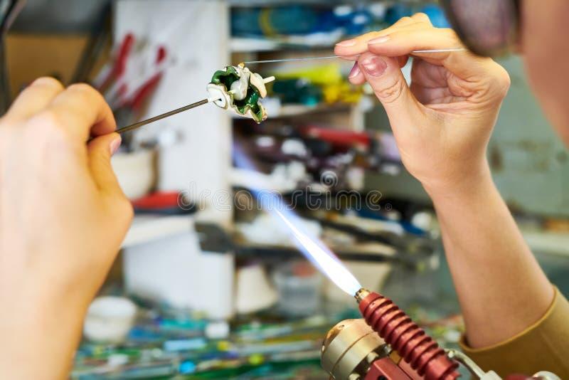 Kunstenaar Forming Glass Beads in Vlam royalty-vrije stock foto