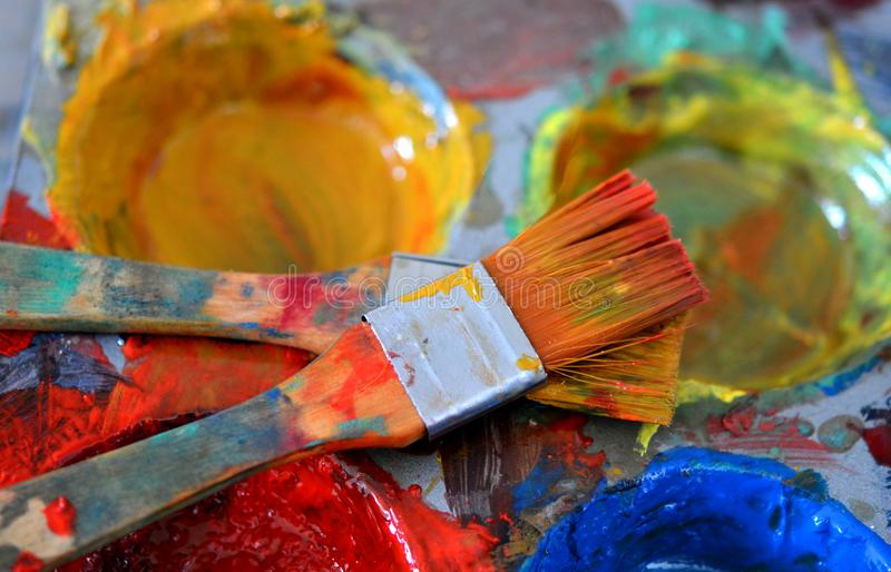 Kunstenaar Painting Brushes in Olieverven wordt ondergedompeld die royalty-vrije stock fotografie