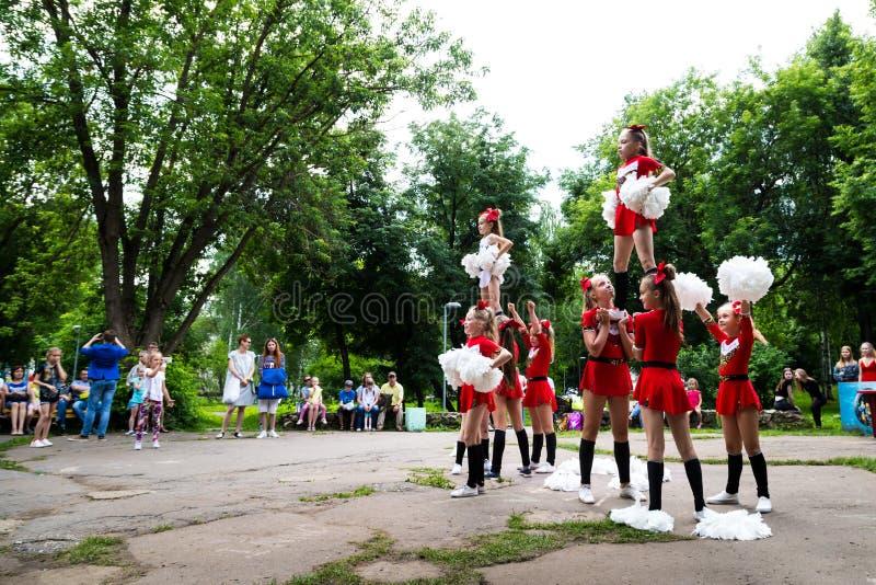 Kunstenaars in een kinderenpark MultiLand in Kirov-stad stock foto's