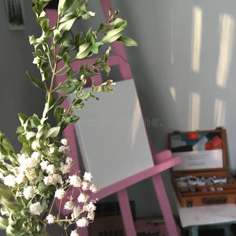 Kunstenaars roze schildersezel stock afbeelding