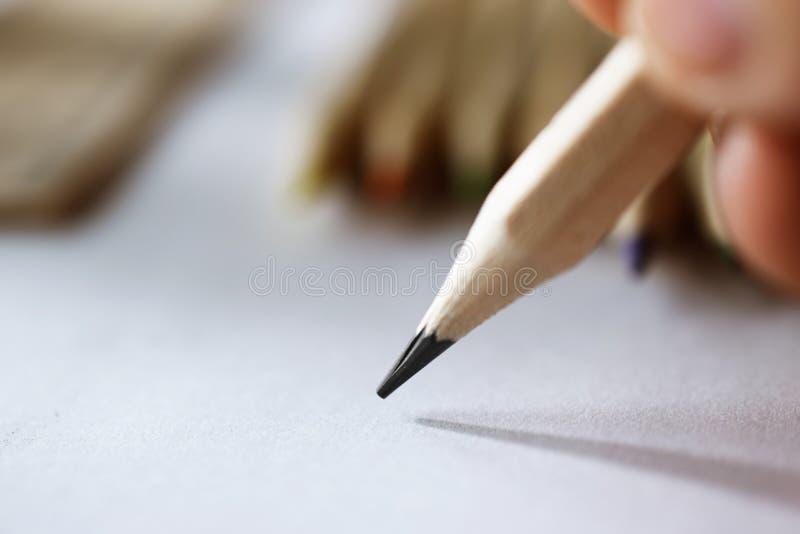 Kunstenaars` s hand die met een eenvoudig potlood schetsen royalty-vrije stock foto's