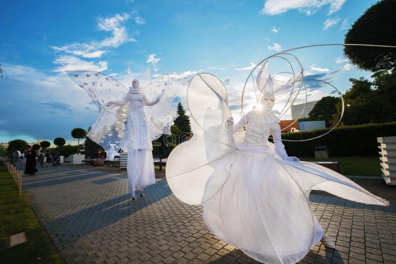 Kunstenaars in witte kleren gelijkend op royalty-vrije stock foto