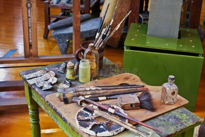 Kunstenaarsborstels en verven die zich daar bevinden in stock fotografie