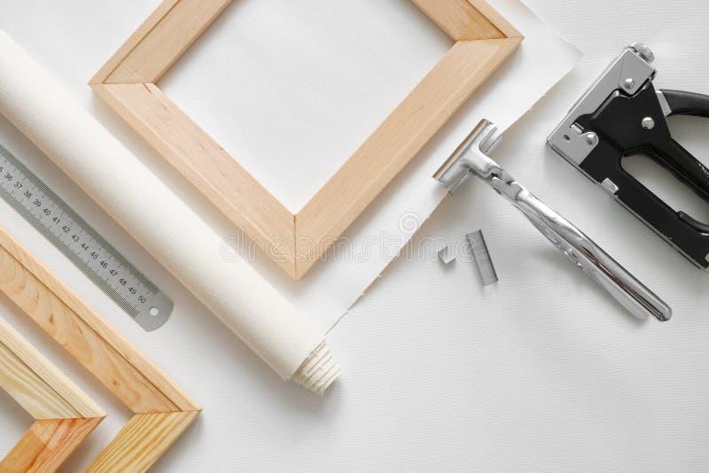 Kunstenaarscanvas in broodje, houten brancardbars, de heimachines van de canvasbrancard en voornaamste kanon royalty-vrije stock foto's