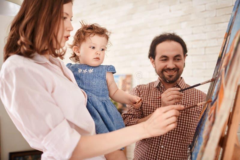 Kunstenaarsfamilie het Schilderen Beeld samen in kunst-Studio royalty-vrije stock fotografie