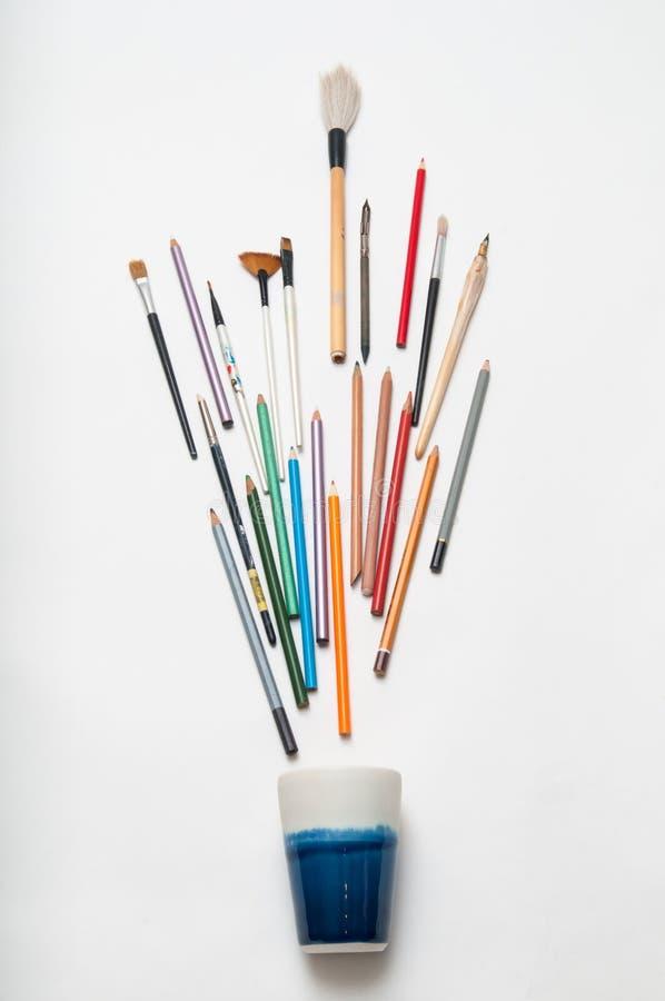 Kunstenaarshulpmiddelen op wit stock foto's