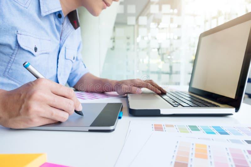Kunstenaarstekening iets op grafische tablet op het kantoor stock afbeeldingen